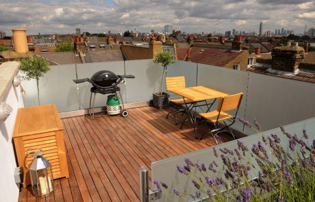 The roof terrace with London skyline and glass railings - what a superb view!!